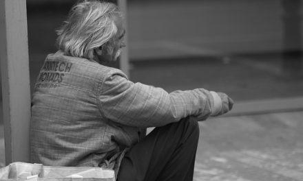 그리스도인이 모퉁이에있는 사람에게 돈을 주어야합니까?